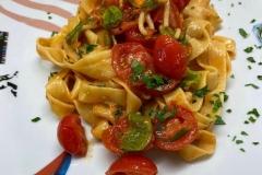 Fettuccine-fatte-in-casa-con-fiori-di-zucca-e-pomodorini-freschi